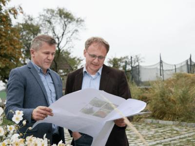 Hans und Wolfgang Zauner mit Gartenplan