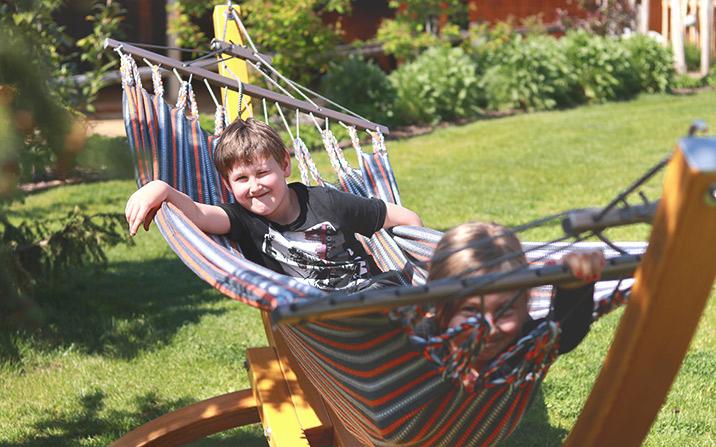 Kinder un Familie im Garten